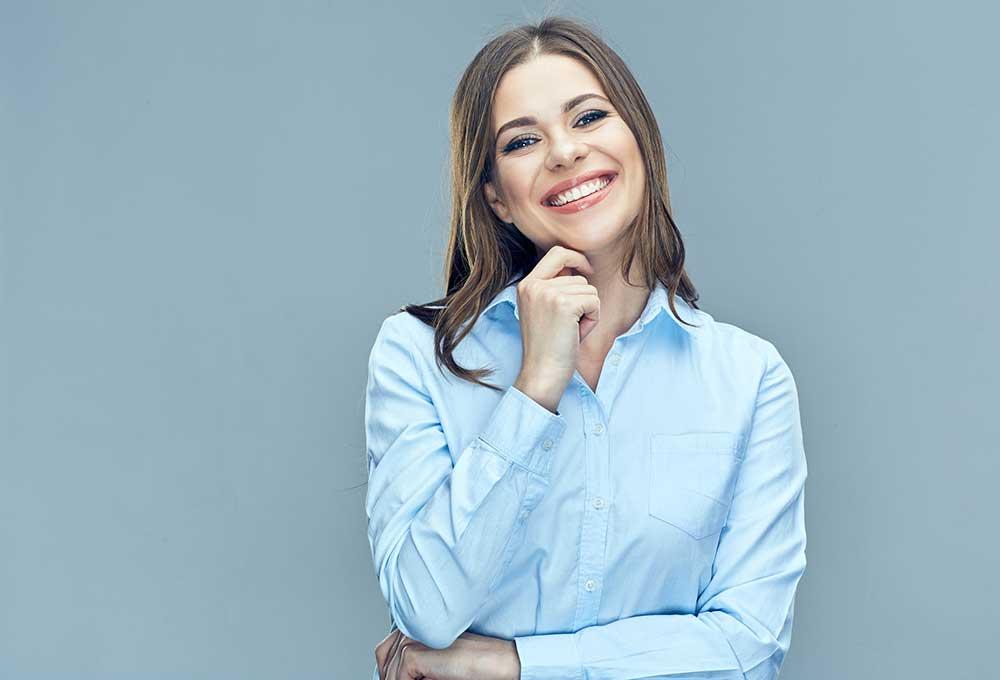 mujer con una camisa azul