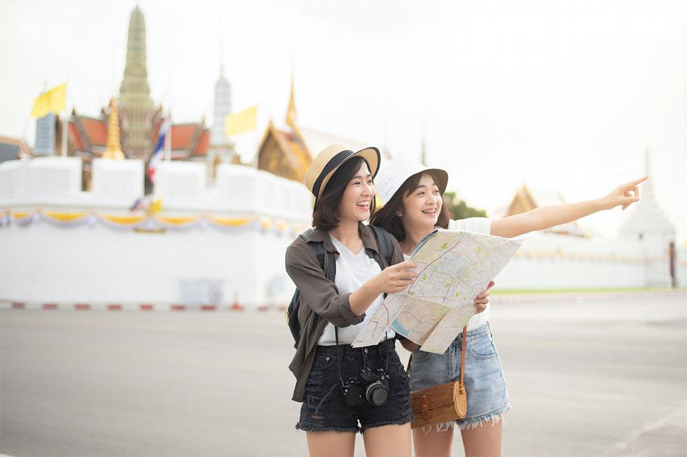 dos mujeres en un destino de viaje.